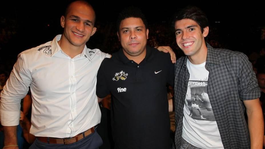Júnior Cigano, Ronaldo e Kaká acompanham a luta de Anderson Silva no UFC 148