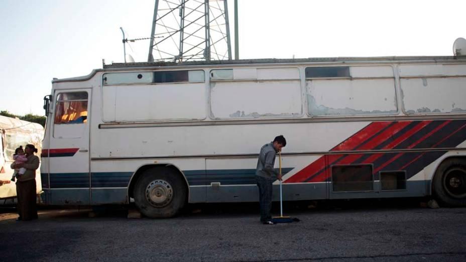 O cigano Ciprian Tenace varre a frente de sua casa momentos antes do despejo, Madri