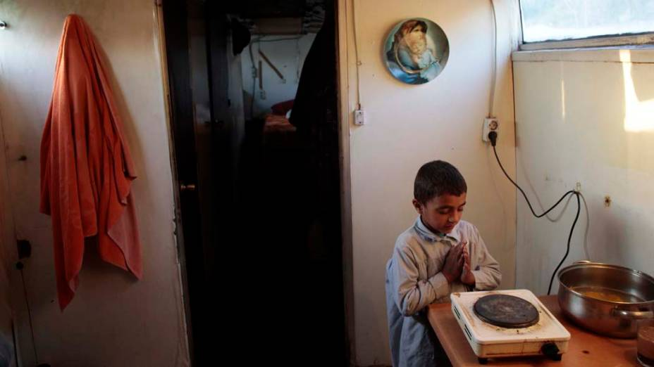 Maro aquece as mãos antes de ir para escola, momentos antes da casa ser destruída, Madri