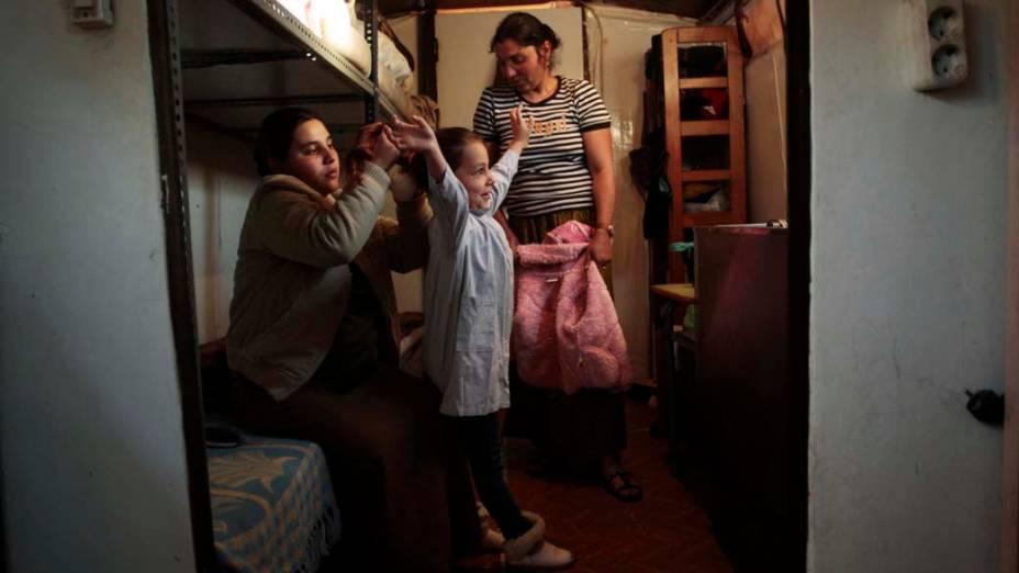 Persia Poun se arruma para ir à escola, momentos antes do despejo, Madri