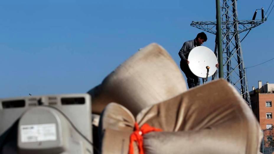 Ciprian Tenace remove antena parabólica do ônibus, momentos antes de ser destruído, Madri