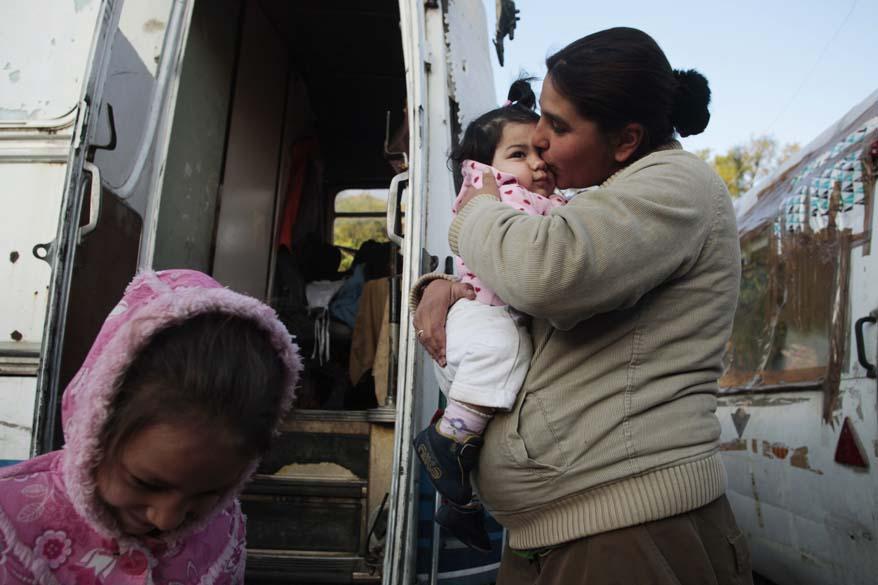 Persia Poun com sua filha e sobrinha, momentos antes do despejo, Madri