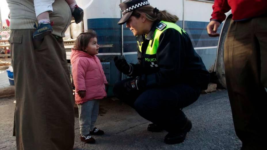 Oficial espanhola conversa com criança cigana momentos antes do despejo, Madri