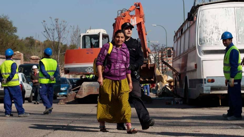 Graziera Lupu é acompanhada por policial espanhol momentos antes da destruição de sua casa, Madri
