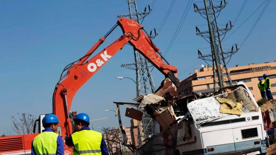 Escavadora destrói ônibus e trailer que serviam como moradia para família cigana em Madri