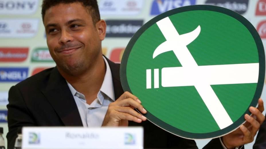 Ronaldo com a placa que será usada nos estádios da Copa do Mundo; hoje integrante do Comitê Organizador Local (COL), ele fumava inclusive nos tempos de jogador