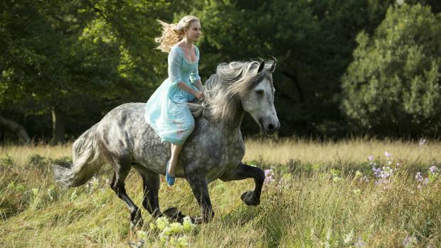 Atriz Lily James em Imagem do filme Cinderela