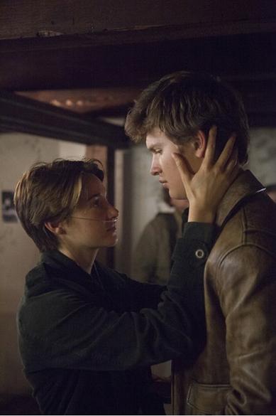 Os atores Shailene Woodley e Ansel Elgort em cena do filme A Culpa É das Estrelas