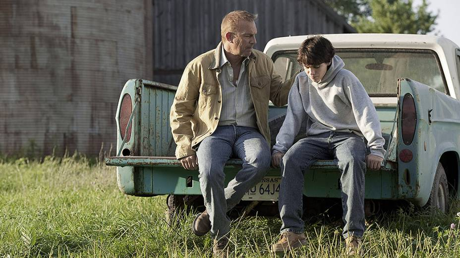 """Jonathan Kent (Kevin Costner) e Clark Kent aos 13 anos (Dylan Sprayberry), no filme """"Homem de Aço"""""""