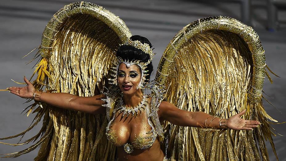 Cinthia Santos, rainha da bateria da Águia de Ouro