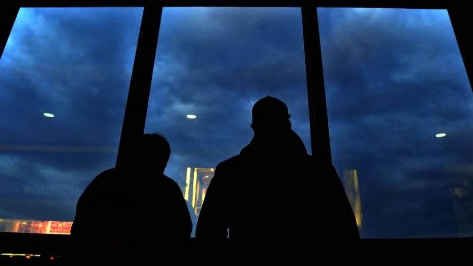 Passageiros no Aeroporto Internacional Salgado Filho, em Porto Alegre. Voos foram cancelados por causa do avanço da nuvem de cinzas do vulcão chileno Puyehue, que ocupa 70% do Rio Grande do Sul