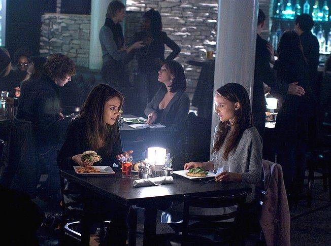 Mila Kunis e Natalie Portman no filme Cisne Negro