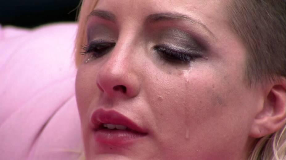Clara chora durante discussão com Vanessa no BBB14