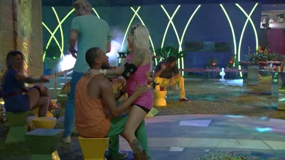 Clara dança para Valter para provocar Vanessa no BBB14
