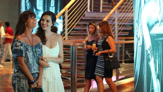 Clara (Giovanna Antonelli) conhece Marina (Tainá Müller) em uma exposição da fotógrafa, que logo se interessa por ela
