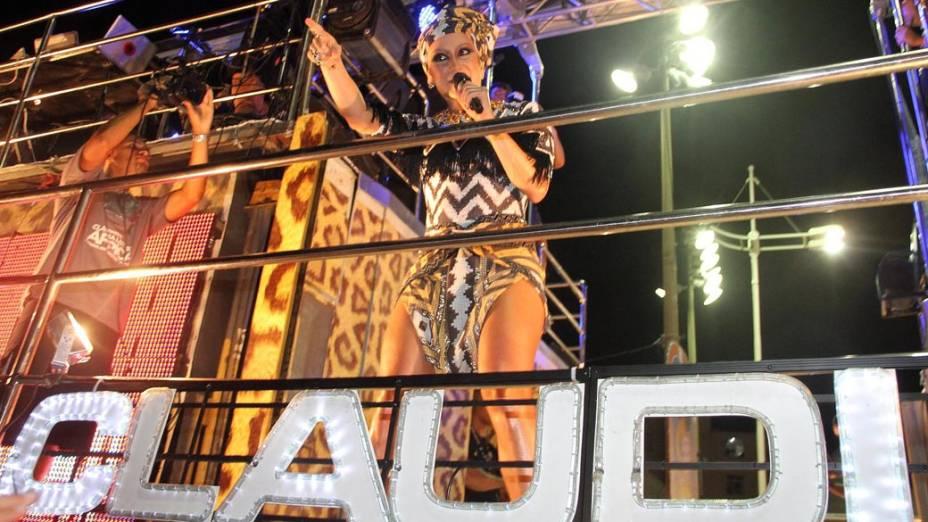 Claudia Leitte em trio, em Salvador