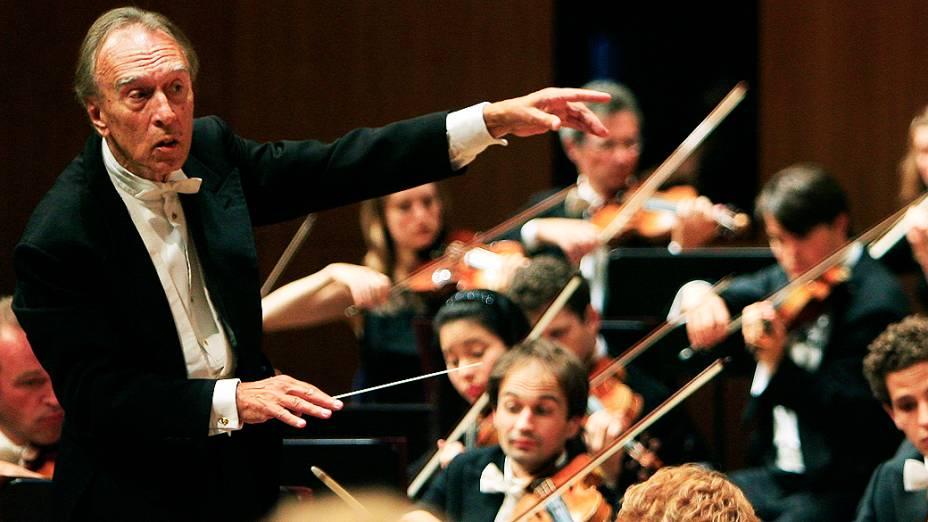 O maestro italiano Claudio Abbado durante apresentação com a Orquestra do Festival de Lucerna, na Suíça, em 2007