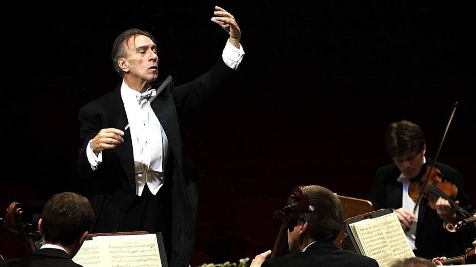 O maestro italiano Claudio Abbado durante ensaio da Filarmônica de Berlim, em Roma, no ano de 2001