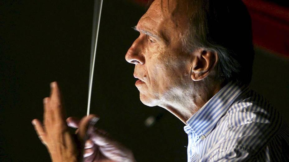 O maestro italiano Claudio Abbado conduz a ópera Fidelio, de Beethoven, no Teatro Real de Madrid, em 2008