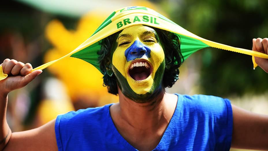 Torcedora brasileirachega no Mané Garrincha para o jogo contra Camarões, em Brasília