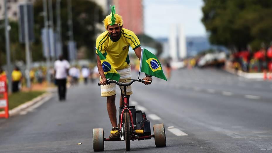 Torcedor anda de triciclo próximo ao Mané Garrincha, em Brasília