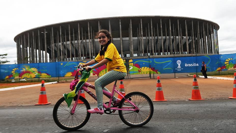 Menina anda de bicicleta próximo ao Mané Garrincha, em Brasília