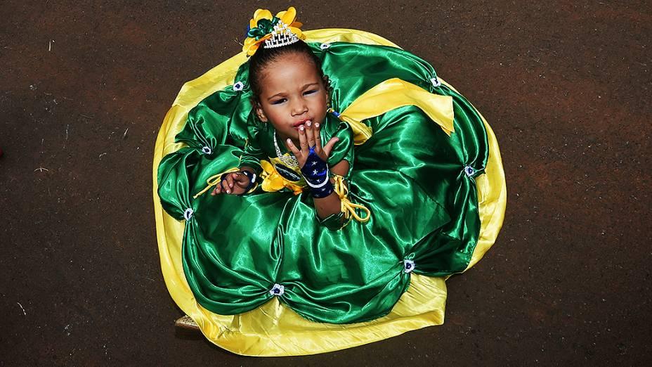 Menina aguarda o início do jogo entre Brasil e Camarões no Mané Garrincha, em Brasília