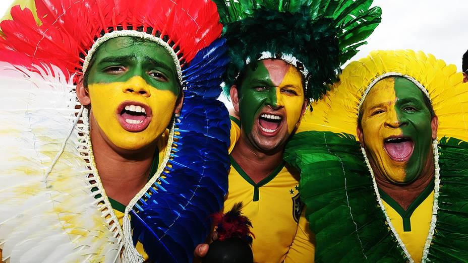 Torcedores usam cocar de índio para o jogo entre Brasil e Camarões no Mané Garrincha, em Brasília