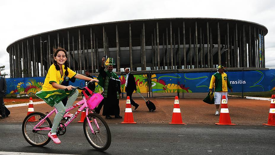 Torcedor brasileiro chega no Mané Garrincha para o jogo contra Camarões, em Brasília