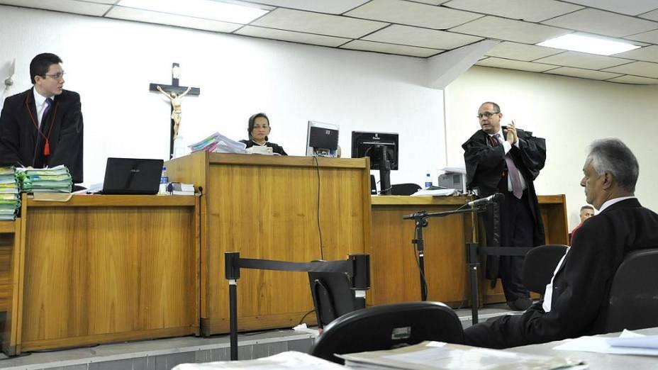 Clima no plenário do Fórum de Contagem esquentou durante depoimento do delegado aposentado Edson Moreira