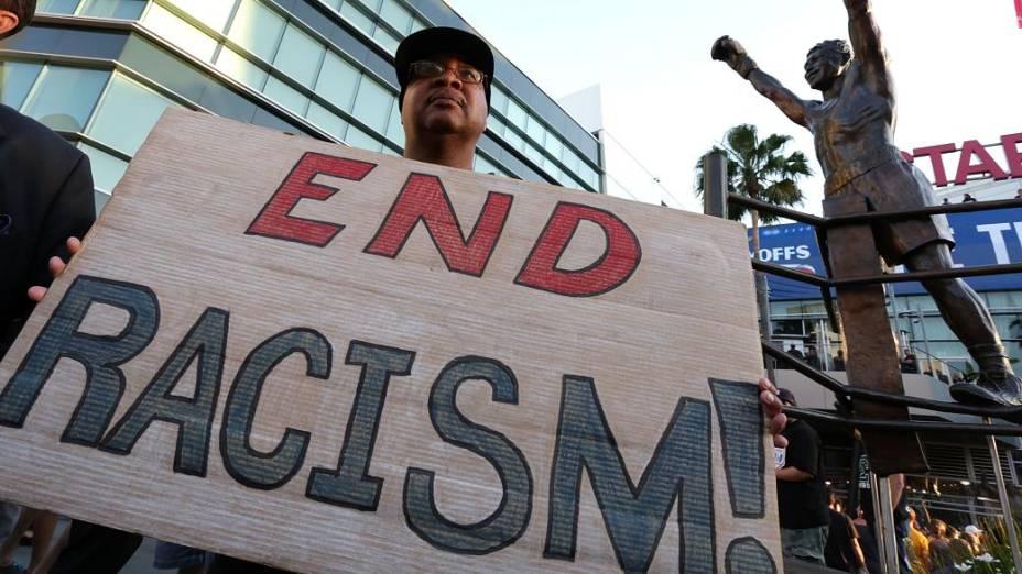 Na entrada do Staples Center, fãs levaram cartazes de apoio à punição da NBA a Donald Sterling