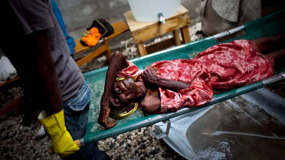 Pacientes em hospital improvisado pelos Médicos Sem Fronteiras em Porto Príncipe, Haiti