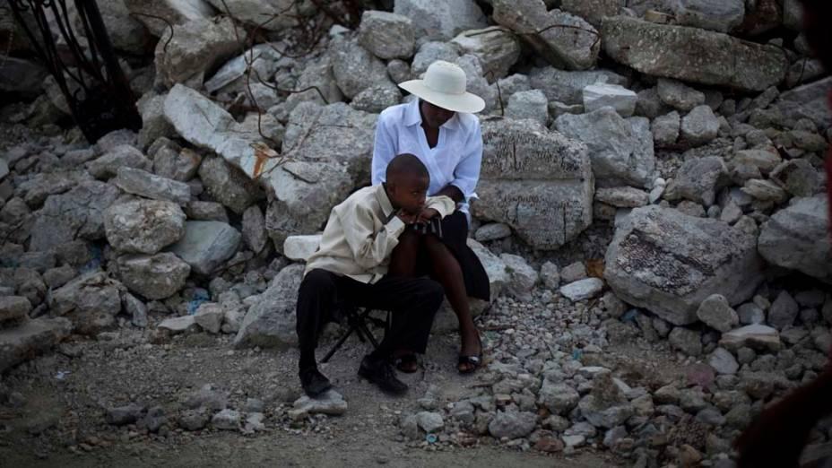 Haitianos nas ruínas da Catedral de Notre Dame em Porto Prícinpe, Haiti