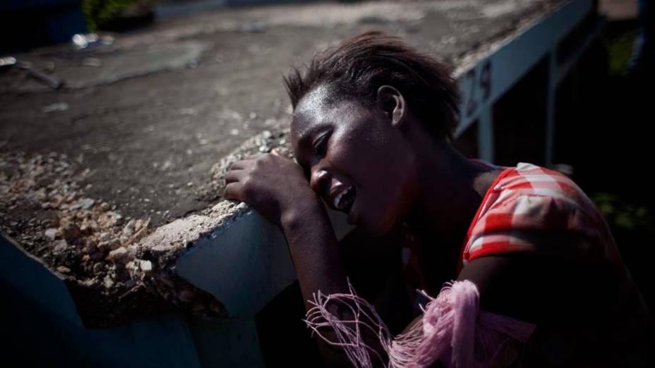 Parente chora em enterro de menina de 12 anos que morreu de cólera, Porto Príncipe, Haiti