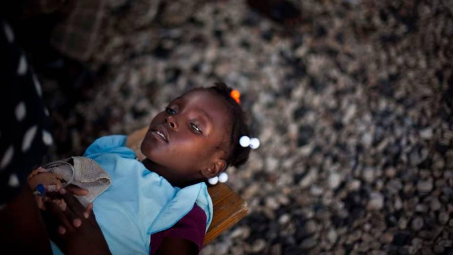 Criança aguarda atendimento em hospital improvisado pelos Médicos Sem Fronteiras em Porto Príncipe, Haiti