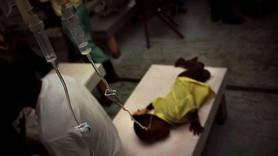 Criança recebe tratamento em hospital improvisado pelos Médicos Sem Fronteiras em Porto Príncipe, Haiti