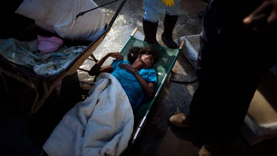Mulher com cólera chega em hospital improvisado pelos Médicos Sem Fronteiras em Porto Príncipe, Haiti