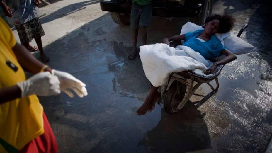 Mulher aguarda atendimento em hospital improvisado pelos Médicos Sem Fronteiras em Porto Príncipe, Haiti