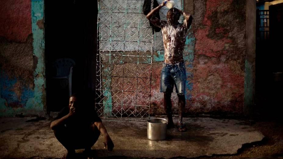 Haitianos tomam banho em Porto Príncipe, Haiti