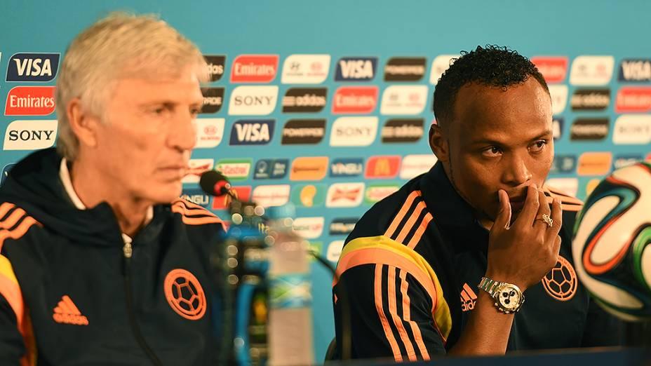 Jogador Juan Zuñiga e o técnico José Pekerman, da Coloômbia, durante coletiva de imprensa antes do jogo contra o Brasil