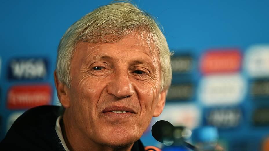 O técnico José Pekerman, da Coloômbia, durante coletiva de imprensa antes do jogo contra o Brasil