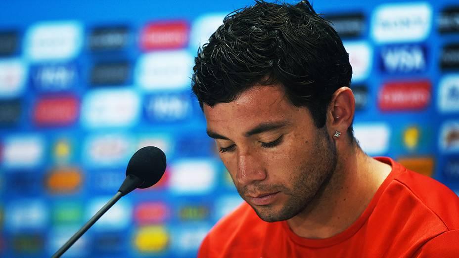 O jogador Eugênio Mena, do Chile, durante coletiva de imprensa no estádio Mineirão, em Belo Horizonte