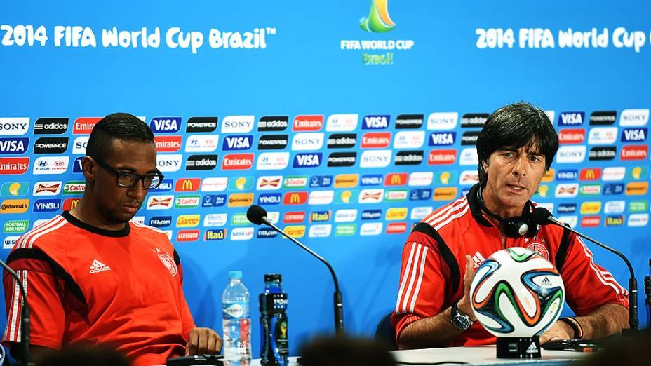 O técnico Joachim Löw e o jogador Boateng, da Alemanha, durante coletiva de imprensa, em Belo Horizonte