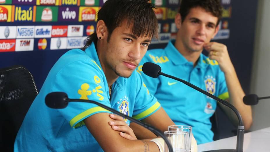 <br><br>  Neymar e Oscar durante a coletiva da seleção brasileira em São Paulo<br><br>
