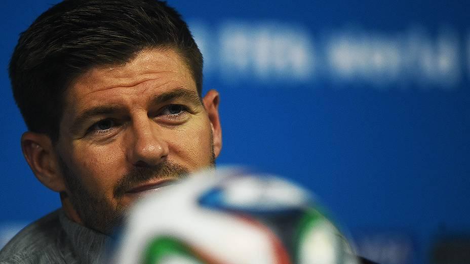 O capitão da seleção inglesa Steven Gerrard durante coletiva de imprensa na véspera da partida contra a Uruguai no Itaquerão, em São Paulo