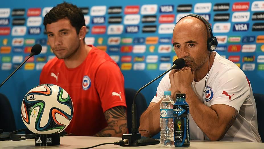 O jogador Eugênio Mena e o técnico da Seleção Chilena, Jorge Sampaoli, durante coletiva de imprensa, nesta sexta-feira (27), no estádio do Mineirão, em Belo Horizonte