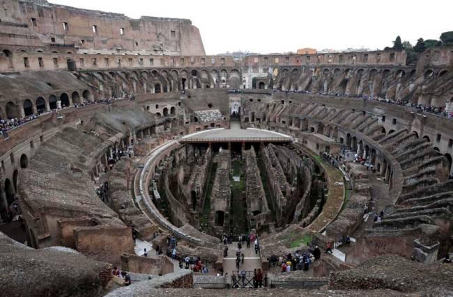 Turistas visitam o Coliseu de Roma, Itália. A partir desta quinta-feira, os turistas poderão fazer uma visita inédita às galerias subterrâneas, onde gladiadores e animais eram preparados para os conflito, que estavam fechadas desde os anos 1970 e foram restauradas
