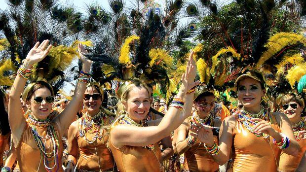 Mulheres se divertem no Carnaval de Barranquilla, na Colômbia, durante a Batalha de Flores, o primeiro desfile dos festejos no país - 18/02/2012