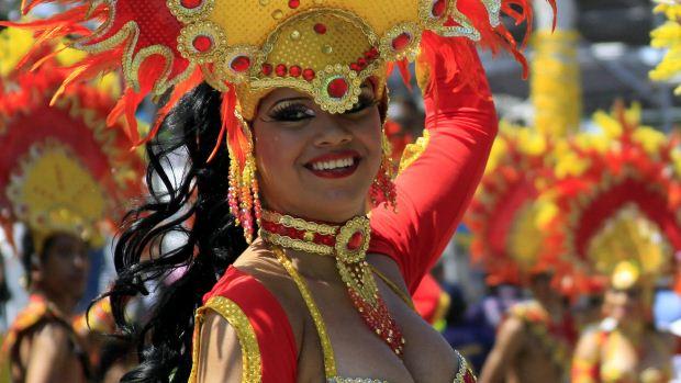 Mulher se diverte no Carnaval de Barranquilla, na Colômbia, durante a Batalha de Flores, o primeiro desfile dos festejos no país - 18/02/2012