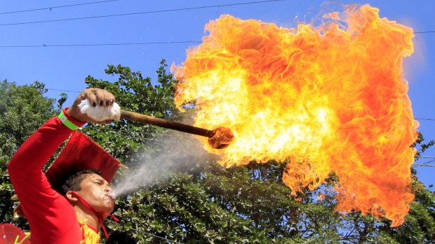 Homem cospe fogo noCarnaval de Barranquilla, na Colômbia, durante a Batalha de Flores, o primeiro desfile dos festejos no país - 18/02/2012